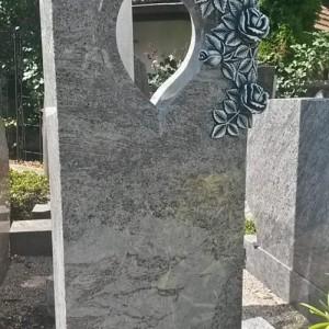 ORION, Stele mit herzförmigem Ausschnitt und plastischer Rosenornamentik