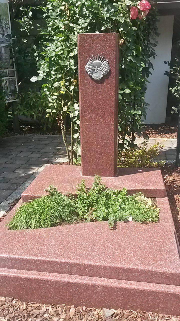 INDIAN RED, Stele mit zwei geschwungenen Teilabdeckplatten